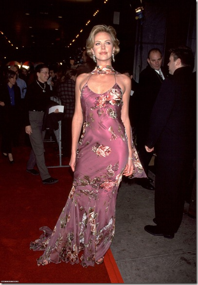 Charlize Theron at the premiere for the movie THE LEGEND OF BAGGER VANCE, New York NY, 10/29/00<br /><br /> (Fashion Wire Daily)